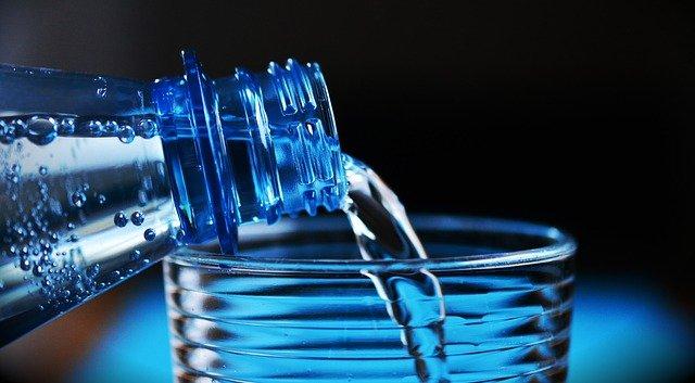 Wasserflasche mit Glas